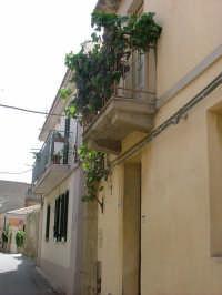 Paese Serro, balcone con uva.  - Villafranca tirrena (4605 clic)