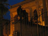 leone posto alla destra del teatro PALERMO ISACCO