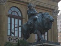 leone posto alla sinistra del teatro massimo PALERMO ISACCO