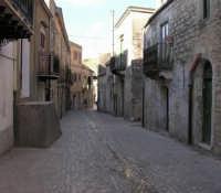 Una della stradine caratteristiche della città. Luoghi immortalati nel film di G.Tornatore NUOVO CINEMA PARADISO   - Palazzo adriano (3023 clic)
