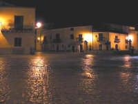 La bellissima piazza della citta' immortalata nel film di G.Tornatore NUOVO CINEMA PARADISO. Vista notturna che restituisce l'antico originale splendore.  - Palazzo adriano (7296 clic)