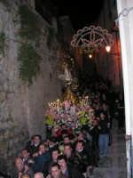 Festa dell'otto dicembre - Processione della Madonna tra le antiche vie cittadine. La processione tra una stretta via per paese.-  - Salemi (3915 clic)