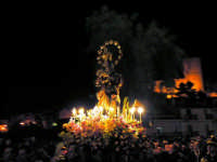 Festa dell'otto dicembre - Processione della Madonna tra le antiche vie cittadine. Il simulacro della madonna e il castello di Salemi.  - Salemi (4993 clic)