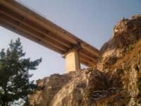 La vecchia roccia guarda... il cemento del cavalcavia  - San giuseppe jato (4545 clic)