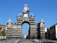Arco di trionfo - detto del Fortino - eretto in piazza Garibaldi in occasione delle nozze di Ferdinando IV di Sicilia.   - Catania (4336 clic)