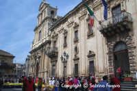 Piazza Municipio-Ex Monastero di S. Benedetto e la manifestazione turisti per gioco.  - Militello in val di catania (2714 clic)