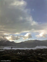 Sferracavallo (Pa) - Sigolare e pericoloso modo di osservare il mare in tempesta  - Sferracavallo (4257 clic)
