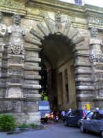 Palermo - la sempre trafficatissima Porta Nuova una delle più belle porte lungo il perimetro delle v