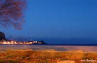 Mondello d'inverno (Pa) - Calde e colorate atmosfere di un notturno che sa di mare e svela il fascino invernale di questa splendida località  - Mondello (2708 clic)