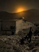 Capaci (PA) - Il rientro a casa sotto le luci del tramonto, dopo una lunga e faticosa giornata di pesca dalla spiaggia (Nov 2005)  - Capaci (3734 clic)