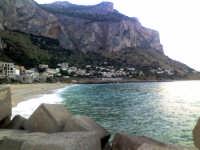 La spiaggia di Vergine Maria con le sue acque verdi per il riflesso della vegetazione sul monte Pellegrino (sett 2005) XXVII  - Palermo (7040 clic)