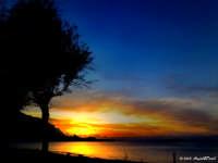 Sferracavallo (PA) - Suggestivo tramonto su Isola della Femmine visto dal lungomare di  Barcarello (Nov 2005) LXXXIV  - Sferracavallo (7018 clic)