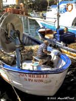Palermo, porticciolo dell'Arenella - Anziano pescatore a bordo del suo peschereccio, intento a ripar