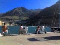 Castellammare del Golfo (TP) - Mamma a pesca nella banchina del porto con bimbo nel passeggino. Diverrà anche lui un provetto pescatore... le premesse ci sono! (ago 2005) VI  - Castellammare del golfo (4921 clic)