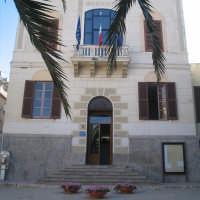 Palazzo Palagonia,  Sede della Municipalità, venne edificato nel 1922 sulle propaggini del palazzo Scammacca, che appartenne a Francesco Paolo Gravina. E' situato in una vasta area che conteneva, fra l'altro la Chiesa Madre e il palazzo Sartorio. All'interno vi è un bassorilievo in onore del concittadino Gioacchino Furitano. Si prospetta su un'ampia piazza digradante in fondo alla quale si trova il Monumento ai Caduti.   - Lercara friddi (12848 clic)