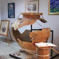 Il materiale archeologico rinvenuto tra i quali il  pithos,,  restaurato, è , esposto presso la sala museale nella Biblioteca comunale Giuseppe Mavaro, nel corso Vittorio Emanuele III.  (Foto Area Tecnica Comune di Lercara)  - Lercara friddi (6027 clic)