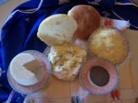 MUFFULETTA Per tradizione l'8 dicembre per la festività dell'Immacolata, si degusta a Muffuletta, focaccia condita con ricotta, strutto, caciocavallo, pepe nero, olio d'oliva.  - Lercara friddi (9170 clic)
