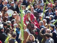 DOMENICA DELLE PALME Suggestiva la Domenica delle Palme, una sacra rappresentazione che rievoca l'ingresso di Gesù a Gerusalemme. Aprono il corteo i fedeli con palme e ramoscelli di ulivo, seguiti dai dodici apostoli in costume d'epoca e con gli attrezzi indicanti il loro mestiere; quindi, un sacerdote, con i paramenti da cerimonia ed una palma in mano, in groppa ad un'asina, bardata a festa  condotta da due palafrenieri, anch'essi in costume.  - Lercara friddi (11658 clic)