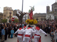 DOMENICA DI PASQUA. Piazza Duomo. U NCONTRU, San Michele Arcangelo, cerca il Cristo Risorto in mezzo alle genti.  - Lercara friddi (8745 clic)