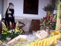 Chiesa di Sant'Antonio. La Madre Addolorata e il Cristo Morto.Suggestive le due figure esposte la mattina del Sabato successivo al Venerdi Santo. E' tradizione che i Lercaresi vannoa fare la PACI CU SIGNURI, (chiedere perdono a Dio per i propri peccati); Baciano le ferite e i piedi del Cristo ele mani ed il mantello della Madonna.  - Lercara friddi (5511 clic)