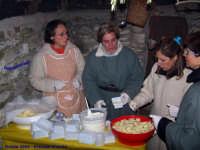 Natale 2006 - Presepe Vivente. La degustazione di prodotti tipici;  Ciciri Cotti, Ricotta cu seru, Pasta cu Maccu, Formaggi, pani cu l'ogghiu di casa e..vinu.  - Lercara friddi (5926 clic)