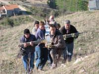 Le fasi della salita della Croce sul Colle. (febbraio 2009).  - Lercara friddi (4155 clic)