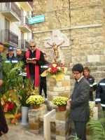 1 Novembre 2009. Il Crocifisso Monumentale in via Mulino in tutta la sua bellezza. La benedizione del parroco di Lercara Friddi Don Mario Cassata.  - Lercara friddi (4428 clic)
