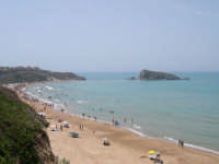 La spiaggia della contrada Pisciotto con La Rocca in fondo.  - Licata (17599 clic)
