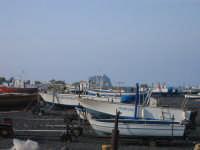 spiaggia del porticciolo di Stromboli (ME), sullo sfondo Strombolicchio  - Stromboli (4090 clic)