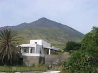 tipica costruzione Eoliana, sullo sfondo il vulcano (Stromboli)  - Stromboli (4125 clic)