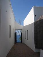 scorcio dall'interno di una costruzione tipica eoliana con vista sul mare lato Fico Grande (Stromboli)   - Stromboli (3934 clic)