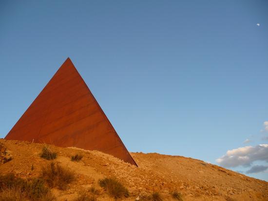 La Piramide 38° parallelo di Mauro Staccioli - MOTTA D'AFFERMO - inserita il 15-Apr-11