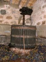 vendemmia 2005 - il torchio antico ancora in funzione  - Castellana sicula (5184 clic)