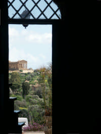 Concordia dal portone di casa  - Agrigento (2826 clic)