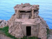 Riserva naturale di Capo Gallo sentiero Marinella-faro. Bunker sulla scogliera  - Palermo (7585 clic)