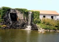 Piccolo laghetto con cascata al parco zoo di Catania   - Catania (2742 clic)