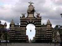 L'arco di porta garibaldi, comunemente detto il Fortino, fu eretto nel 1768, su progetto degli architetti Battaglia e Ittar, per commemorare le nozze del re Ferdinando IV con Maria Carolina d'Austria.   - Catania (3862 clic)