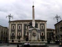 Piazza Duomo. La FONTANA DELL'ELEFANTE, (il liotro) opera di Vaccarini (1736); l'antico elefante lavico, di epoca romana, è il simbolo della città. Sullo sfondo Palazzo dei Chierici.  - Catania (2372 clic)