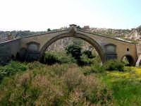 Il ponte San Leonardo, venne progettato nel 1625 dall' Arch. Agatino Daidone, la struttura poggia da un lato nella rupe di Patare e dall' altro sopra gli avanzi solidissimi di un antico ponte, presumibilmente d' epoca romana.  - Termini imerese (9032 clic)