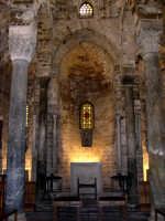 Chiesa di San Cataldo. La costruzione è un blocco parallelepipedo dal quale emerge l'abside principale. L'interno ha una pianta rettangolare, a tre navate, ed è un tipico prodotto della cultura fatimita, ovvero maestranze arabe al servizio di committenti cristiani. Vi fu un periodo intorno alla fine del '700 che l'edificio fu utilizzato come ufficio postale. Dal 1937 la chiesa appartiene all'Ordine Equestre dei Cavalieri del Santo Sepolcro di Gerusalemme.   - Palermo (1889 clic)