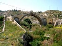 Il ponte San Leonardo, venne progettato nel 1625 dall' Arch. Agatino Daidone, la struttura poggia da un lato nella rupe di Patare e dall' altro sopra gli avanzi solidissimi di un antico ponte, presumibilmente d' epoca romana.  - Termini imerese (3918 clic)