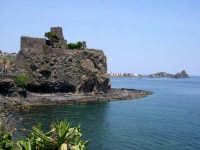 Il  Castello  di origine  Normanna  realizzato   su  di   un costone  di  lava basaltica   a    strapiombo  sul  mare risalente al secolo XI.  - Aci castello (4010 clic)