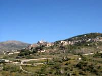 Petralia Sottana si sviluppa a 1.000 metri sul livello del mare, nella regione montuosa delle Madonie, circondata da numerosi e fitti boschi ed in prossimita' della vallata del fiume Imera.  Nel XIV secolo comincio' a svilupparsi il primo borgo nei pressi del castello cittadino. La citta' ebbe numerosi dominatori dai nomi illustri, come i Ventimiglia, i Cardona, gli Aragona, i Moncada e gli Alvarez de Toledo.     - Petralia sottana (3745 clic)