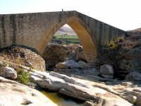 Ponte Calatrasi o Ponte del Diavolo Ponte Calatrasi o Ponte del Diavolo, età arabo-normanna. Consiste in un arco a sesto acuto con due ghiere di conci radiali in pietra squadrata.   - Roccamena (8240 clic)