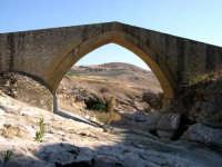 Ponte Calatrasi o Ponte del Diavolo Ponte Calatrasi o Ponte del Diavolo età arabo-normanna. Consiste in un arco a sesto acuto con due ghiere di conci radiali in pietra squadrata.  - Roccamena (10686 clic)
