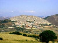 Il nome Gangi deriva, forse, dal greco Enghion o dall'arabo Hangias che ha dato origine al tipico cognome del luogo Gangitano. Si crede che l'originaria Gangi fosse situata nell'attuale contrada Gangivecchio, per via dei numerosi ritrovamenti di epoca romana e medioevale. Il centro attuale della cittadina venne edificato nel XIV secolo, intorno al Castello dei Ventimiglia. Essa venne governata successivamente dalle famiglie Graffeo e Valguarnera.  - Gangi (6733 clic)