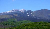 L'Etna è il maggiore vulcano attivo d'Europa con i suoi oltre 3300 m di altezza ed un diametro basale di circa 40 km.  - Etna (1967 clic)