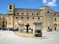 Fontana ottagonale del 1608, sullo sfondo la chiesa M. SS. Assunta di rito greco-bizantino.   - Palazzo adriano (6255 clic)