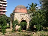 La piccola Cuba. Costruita durante il regno di Guglielmo II Il Buono.  Si tratta di una piccola costruzione tipicamente araba di forma quadrangolare, sormontata da una cupoletta emisferica tipicamente araba dal colore rossastro.  - Palermo (5408 clic)