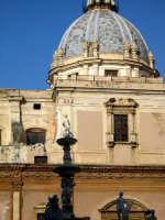 Piazza Pretoria. La piazza è popolata da statue numerose che fanno da corona ad una fontana monument